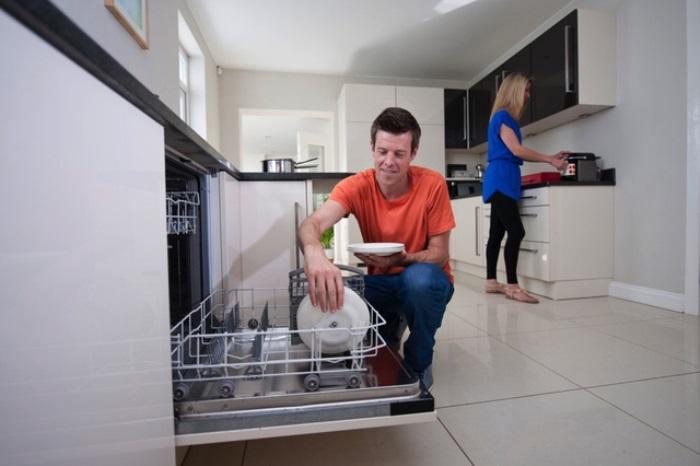 Chồng hăng say phụ vợ dọn dẹp với máy rửa chén Häfele